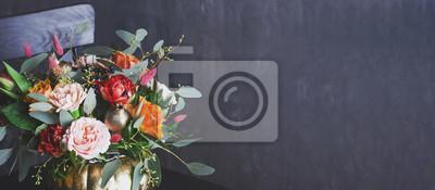 Obraz Jesień kwiecisty bukiet w punpkin wazie na czarnym krześle, sztandar