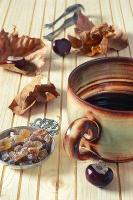 Obraz Jesień: spadające liście, kasztany i ogromny kubek z kawą