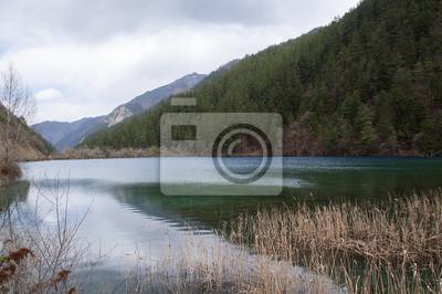 Jezioro w chińskim rezerwacie Jiuzhaigou