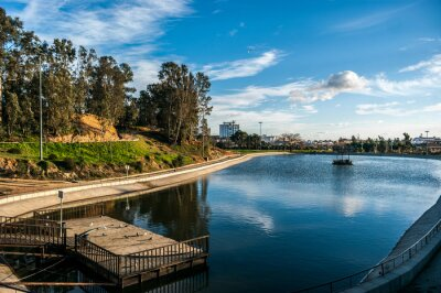 Jezioro w parku Moret z błękitne niebo i białe chmury. Park jest największym zielona przestrzeń miasta Huelva w Hiszpanii