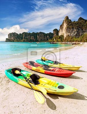 Kajaki na tropikalnej plaży, aktywnej koncepcji wakacje.