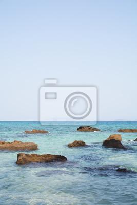 Kamienie w niebieskim morzu. Wyspa w Zatoce Tajlandzkiej.