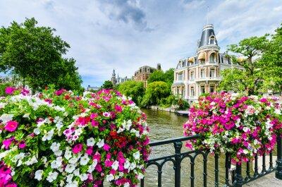 Obraz Kanał w Amsterdamie z kwiatami na moście