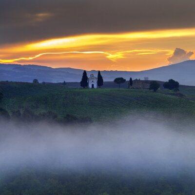 Obraz Kaplica La Valetta w półmroku poranka w Toskanii