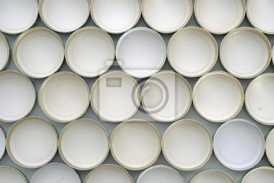 kapsle do butelek / aluminiowe zakrętki butelki używane, widok z góry.
