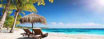 Obraz Karaibska Palm Beach Z Drewnianymi Krzesłami I Słomianym Parasolem - Idylliczna Wyspa