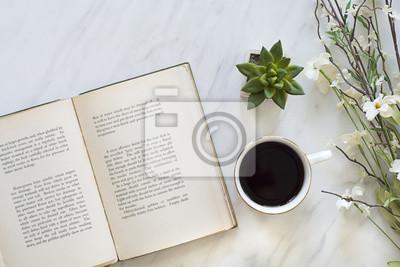 Obraz kategorycznie książka i kawa na stole do porannego relaksu