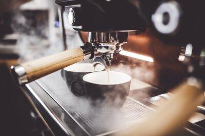 Obraz Kawa espresso poruing od kawowej maszyny przy kawiarnią