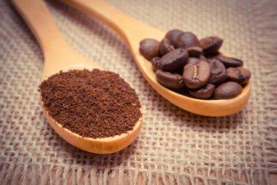 Obraz Kawa mielona i ziarna z drewnianą łyżką na płótnie z juty