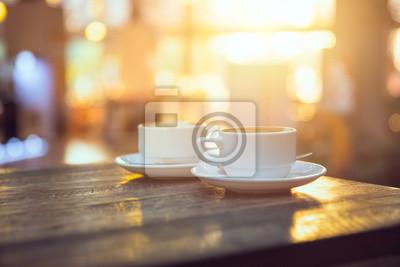 Obraz kawy rano, dwie filiżanki espresso na stole drewna w kawiarni lub Coffeeshop.