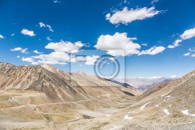 Khardung La przebieg (5602m) pomiędzy Leh i doliny Nubra w Lądzie