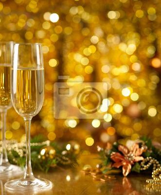 Kieliszek wina z wystrojem Boże Narodzenie w tle.