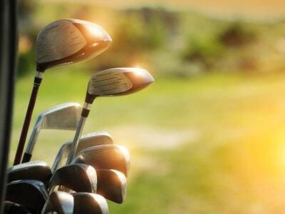 Obraz Kierowcy kluby golfowe na zielonym tle pola