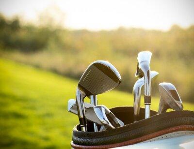 Obraz Kije golfowe kierowcy nad zielone tło pola