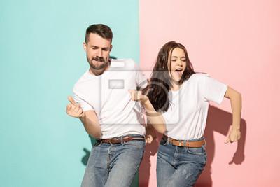 Obraz Kilka młody mężczyzna i kobieta tańczy hip-hop w studio.