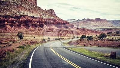 Kinowy stylizowany obrazek sceniczna droga w Capitol Reef parku narodowym, Utah, usa.
