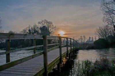Obraz Kładka nad zalanego rzekę test pobliżu Stockbridge w dolinie testy, Hampshire, Anglia.