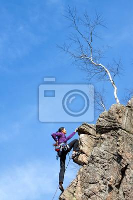 Kobieta alpinistą na klifie.