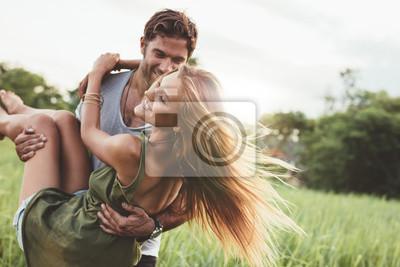 Obraz Kobieta jest prowadzona przez swojego chłopaka w dziedzinie