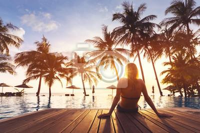 Obraz Kobieta korzystających wakacje wakacje luksusowy hotel przy plaży ośrodek basen