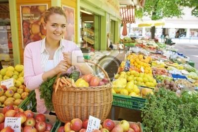 Kobieta na rynku owoców
