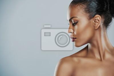 Obraz Kobieta patrząc na boki na szarym tle