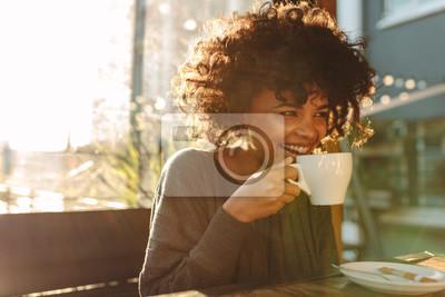 Obraz Kobieta picia kawy w kawiarni