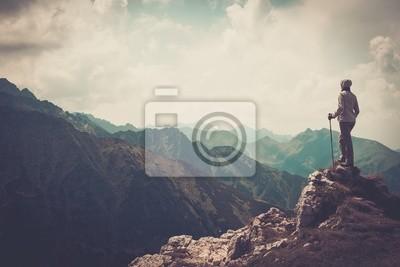 Obraz Kobieta turysta na szczycie góry