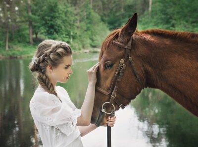 Obraz Kobieta w sukni rocznika dotykać twarzy konia