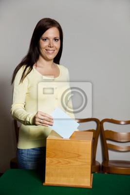 Kobieta w wyborach z głosowania i urny