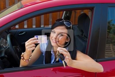 Kobieta z nowego samochodu i prawo jazdy