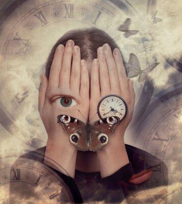 Obraz Kobieta z rękami na twarzy i symboli: motyl, zegar. Nierealne