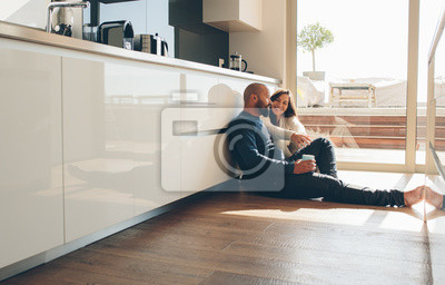 Obraz Kochająca potomstwo para wydaje czas wpólnie w domu