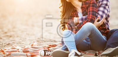 Obraz Kochający pary obejmowanie na plaży