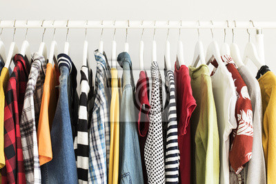 Obraz Kolekcja ubrania wiszące na stojaku