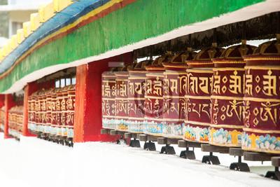 Koło modlić się w świątyni tybetańskiego