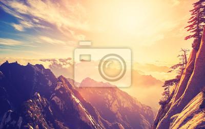 Kolor stonowanych zachód słońca widziane formie Mount Hua (Huashan) South Peak, jeden z najbardziej popularnych celów podróży w Chinach ..