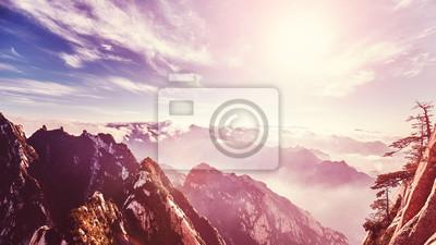Kolor stonowanych zachód słońca widziane formie Mount Hua (Huashan) South Peak, jeden z najbardziej popularnych celów podróży w Chinach.