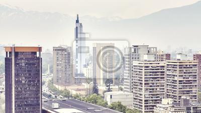 Kolor tonujący obrazek Santiago de Chile śródmieście zakrywający smogiem.