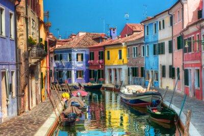 Kolorowe domy i kanał na wyspie Burano koło Wenecji, Włochy.