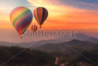 Obraz Kolorowi gorące powietrze balony lata nad górą