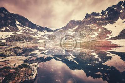 Kolorowy stonowany obraz jeziora w Wysokich Tatrach na Słowacji.
