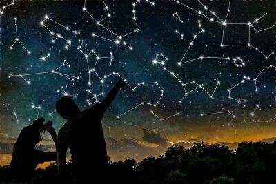 Obraz Koncepcja Astrologia. Konstelacje na nocnym niebie. Sylwetki astrologów obserwacji zodiaku konstelacji.