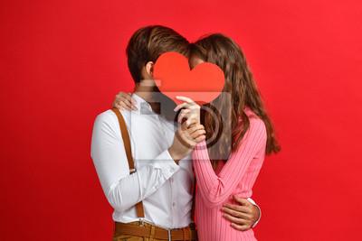 Obraz koncepcja Walentynki. szczęśliwa młoda para z sercem na czerwono