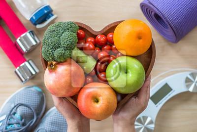 Obraz Koncepcja zdrowego stylu? Ycia, czyste? Ywno? Ci dobre zdrowie dietetyczne w naczyniu serca z sportowej siłowni aerobik ćwiczenia fizyczne treningu szkolenia sprzętu klasy wagi i buty sportowe w centr