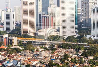 Kontrast miasta w Dżakarcie, stolicy Indonezji.