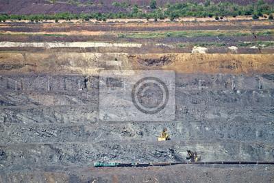 Koparka ładuje rudę żelaza do wagonu towarowego na kopalni odkrywkowej rudy żelaza. Krivoy Rog, Ukraina