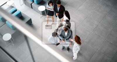 Obraz Korporacyjni koledzy z pracy zespołowej w nowoczesnym biurze