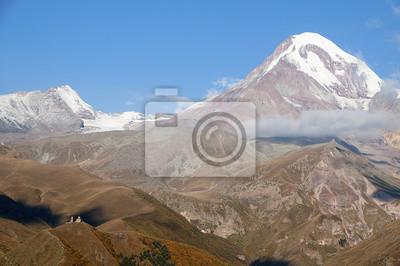 Kościół Cminda Sameba na TLE kaukaskich Gór i szczytu Kazbek.
