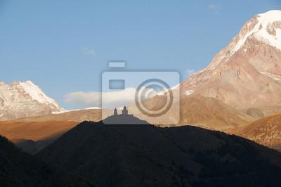 Kościół Cminda Sameba na TLE szczytu Kazbek.